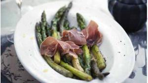 Gebratener grüner Spargel mit Parmesan und Parmaschinken