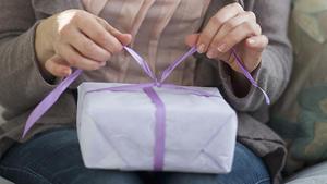 video anleitung so verpacken sie ihr weihnachtsgeschenk. Black Bedroom Furniture Sets. Home Design Ideas